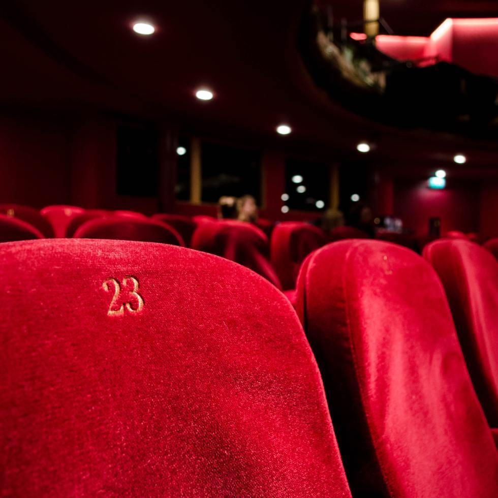 Tyhjät tuolit teatterissa