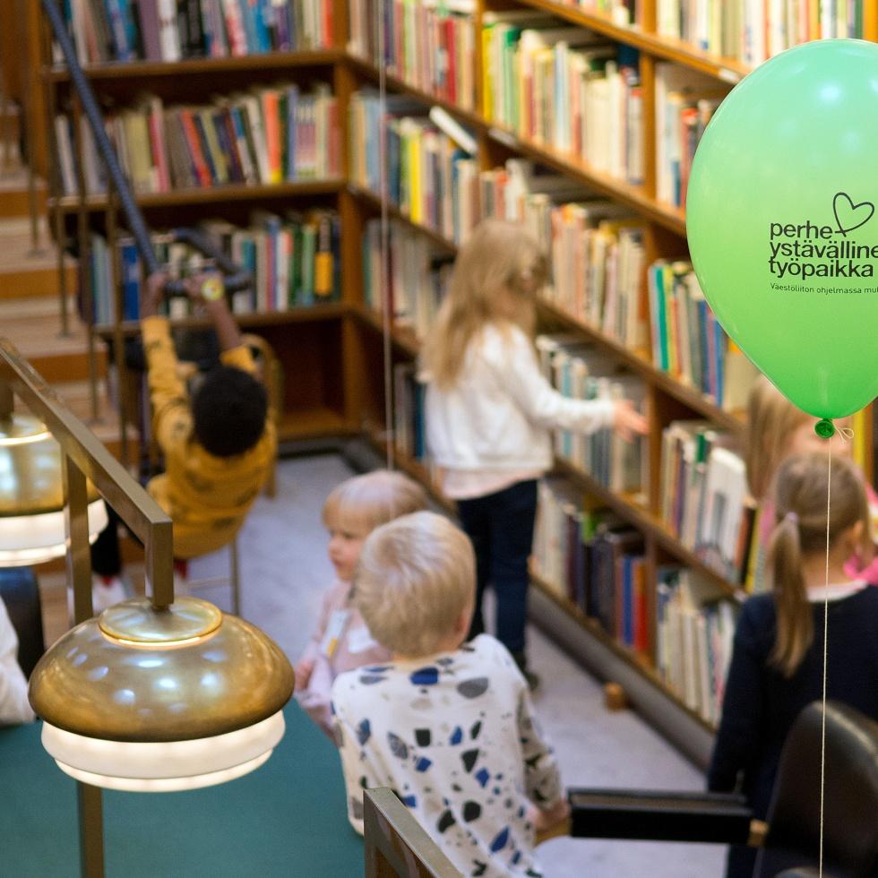 Kelassa vietetään lapsi mukaan töihin päivää, tässä lapsia Kelan kirjastossa.